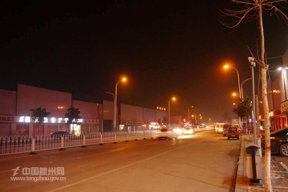 西岗之夜,流光溢彩。大街小巷霓虹闪烁,一排排路灯宛如一条条灯火通明的长廊,鳞次栉比的楼宇演绎着光与影的交融,跳跃的灯光下,宽阔平整的道路向远处延伸 今年以来,西岗镇将城市亮化工程作为加强城镇管理的重要内容来抓,坚持高标准规划,高质量建设,高水平管理,着重实施精品亮化工程,彰显了现代城市魅力,扮靓五彩斑斓、璀璨非凡的城市夜景。(西岗镇信息中心 供稿)