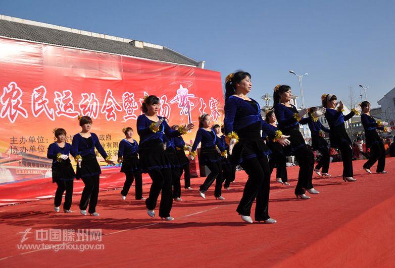 近年来,级索镇以建设幸福级索为目标,注重发展文化体育事业,积极开展全民健身运动,在全镇51个村开展了以广场舞为代表的全民健身活动,不断丰富群众的精神文化生活。该镇所有村居都成立了广场舞队伍,邀请国家一级专业培训老师李恩荣进行指导教学,在全镇掀起了广场舞健身的热潮。